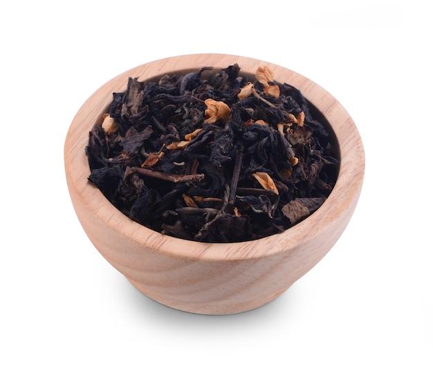 Sucha herbata jaśminowa na białym tle.