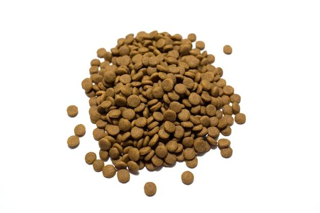 Sucha karma dla kotów i psów na białym tle. zdjęcie wysokiej jakości