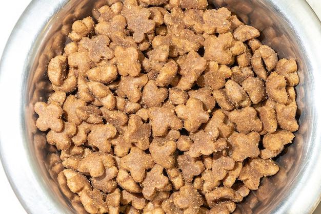 Sucha karma dla kotów w metalowym kubku. top viev.