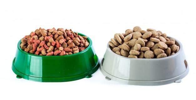 Sucha karma dla psów na białym tle