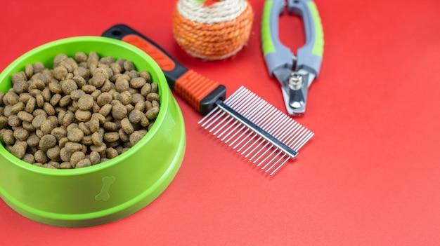 Sucha karma w miskach smyczy dla psa lub kota