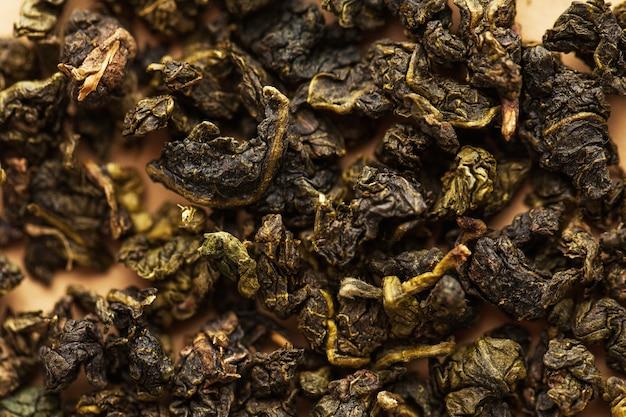 Sucha mleczna zielona herbata oolong z bliska pełna klatka.