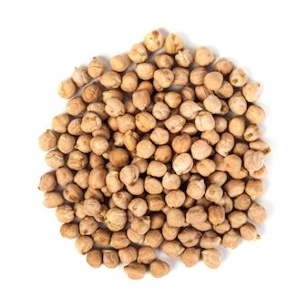Sucha surowa ciecierzyca organiczna na białym tle na białym tle, zdrowa żywność