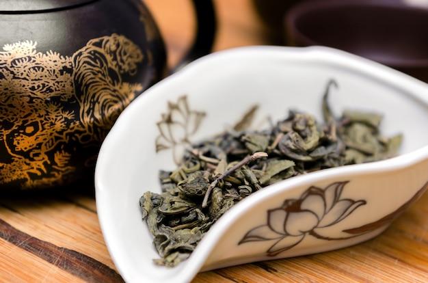 Sucha zielona herbata na drewnianym