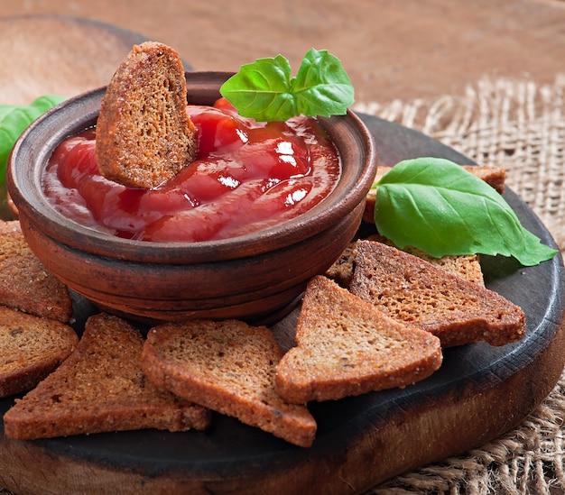 Sucharki żytnie z pikantnym sosem na drewnianym stole