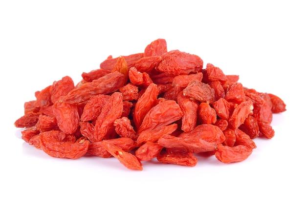 Suche czerwone jagody goji na białym tle