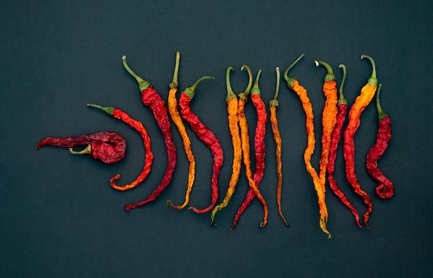 Suche czerwone ostre papryczki chili na ciemnej powierzchni