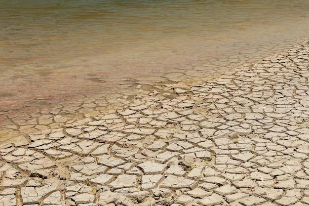 Suche dno jeziora. susza. pojęcie zmian klimatycznych i globalnego ocieplenia.