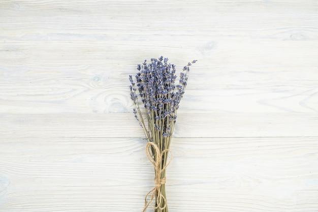 Suche kwiaty lawendy na drewnianym tle. widok z góry, miejsce na kopię