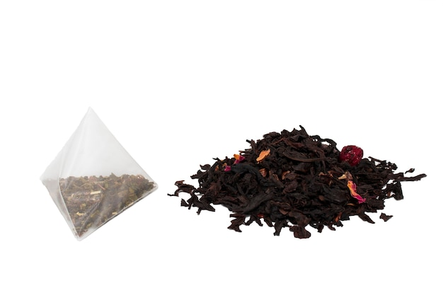 Suche liście herbaty i herbata w torebce.
