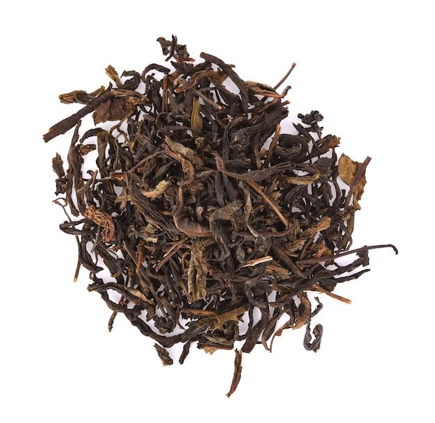 Suche liście herbaty na białym tle.