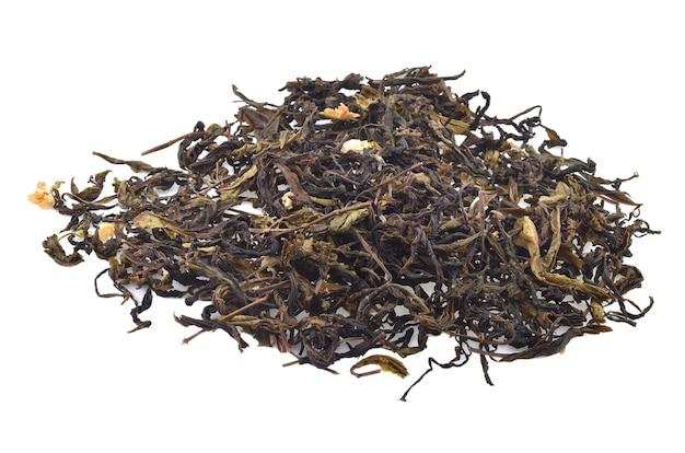 Suche liście herbaty na białym tle