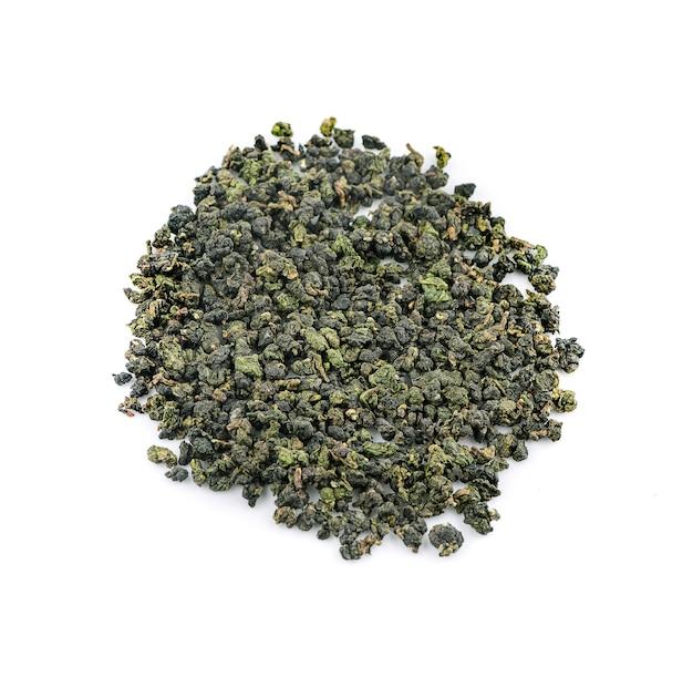 Suche liście herbaty oolong na białym tle