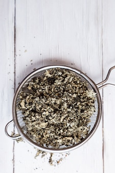 Suche liście malin w zbliżenie sitko do herbaty