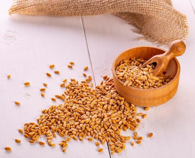 Suche nasiona pszenicy, ziarna w drewnianej misce