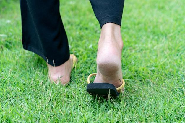 Suche pięty stopy kobiety na trawie