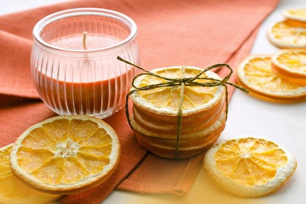 Suche plasterki pomarańczy i świeca