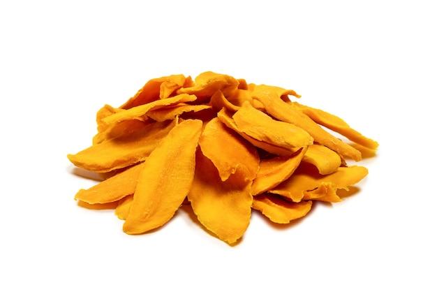 Suche plastry smaczne mango na białym tle na białym tle. widok z góry.