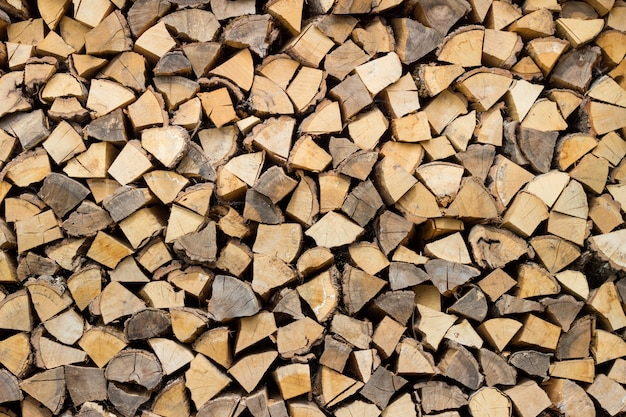 Suche posiekane kłody drewna opałowego gotowe do zimy