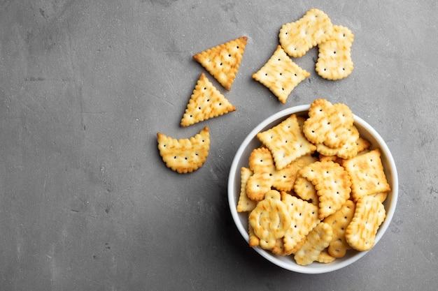 Suche słone ciasteczka cracker na szarym tle kamienia.