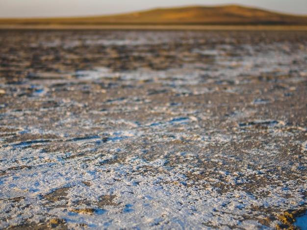 Suche słone jezioro w naszej podróży. ślady są pozostawione przez turystów.