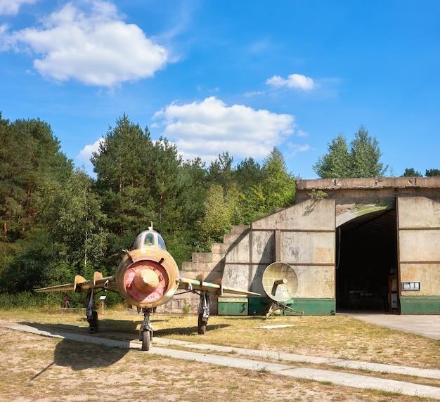 Suchoj su-17m4 radziecki myśliwiec-bombowiec na przekształconym lotnisku