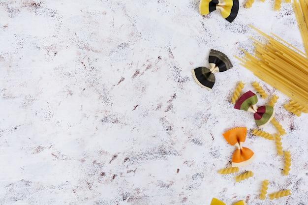 Suchy makaron. różny makaron na bielu