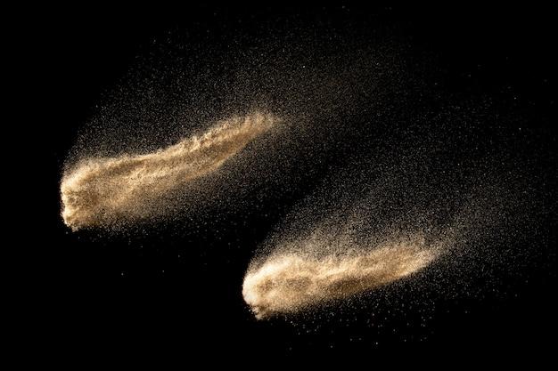 Suchy rzeczny piaska wybuch odizolowywający na czarnym tle