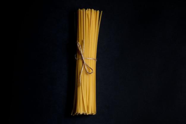 Suchy spaghetti na czarnym tle