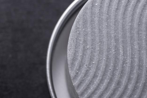 Suchy szampon w postaci stałej w metalowym pudełku, z bliska
