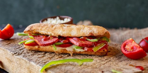Sucuk ekmek, kanapka z kiełbasą z mieszanymi potrawami