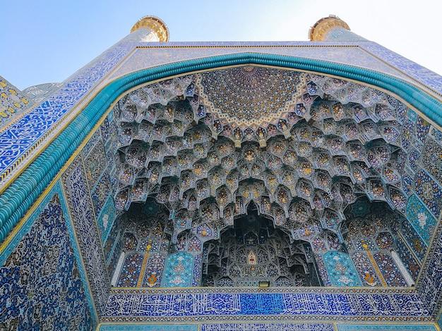 Sufit kopuły muqarnas w wejściu iwan do meczetu szach, zdobione sklepienia w architekturze islamskiej.