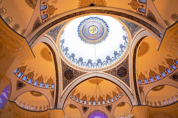 Sufit wewnątrz meczetu camlica z wieloma kopułami, obrazami, stambułem, turcją