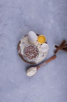 Suflet kremowy z kroplami czekolady i składnikami na bok, widok z góry