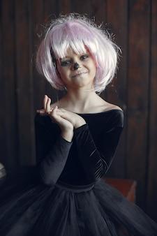 Sugar skull mała dziewczynka kostium na halloween i makijaż. impreza halloween'owa. dzień śmierci.