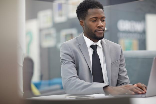 Sukces afrykańskiego biznesmena w pracy