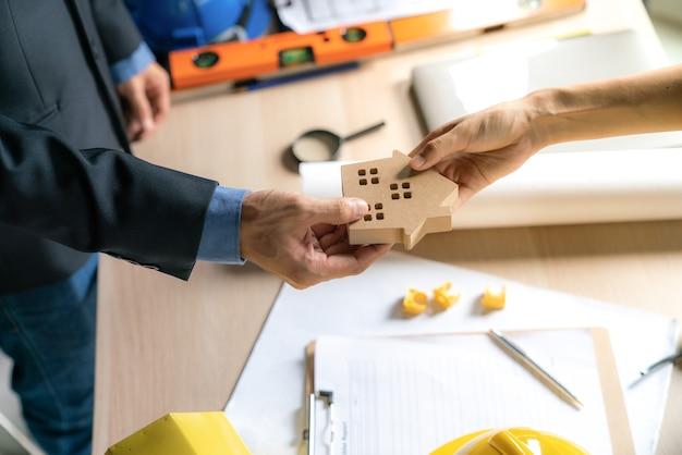 Sukces agenta nieruchomości do przeniesienia gotowego projektu budowlanego do nabywcy domu