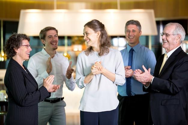 Sukces biznesmen profesjonalną firmą współpracownik