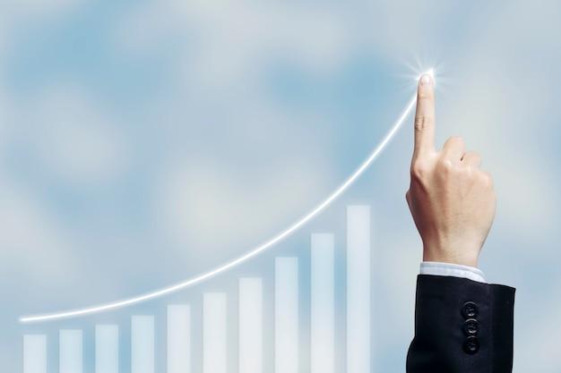 Sukces biznesmena z biznesowym rosnącym wykresem rosnącym wirtualnym hologramem statystyk, wykres ze strzałką w górę na tle białej chmury.