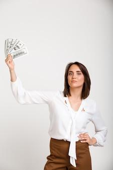 Sukces bogata mody kobieta pokazuje pieniądze