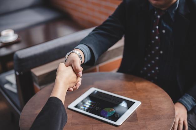 Sukces koncepcji biznesowej i partnerstwa, ludzie biznesu podają sobie ręce, aby zgodzić się dołączyć do biznesu