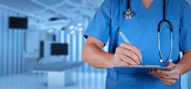 Sukces mądrze lekarz medycyny z sala operacyjną