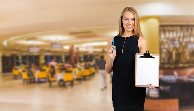 Sukces menedżera restauracji, trzymając folder