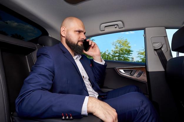 Sukces młodego człowieka rozmawia przez telefon w samochodzie