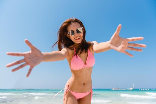 Sukces powitalny kobiet splashing splash