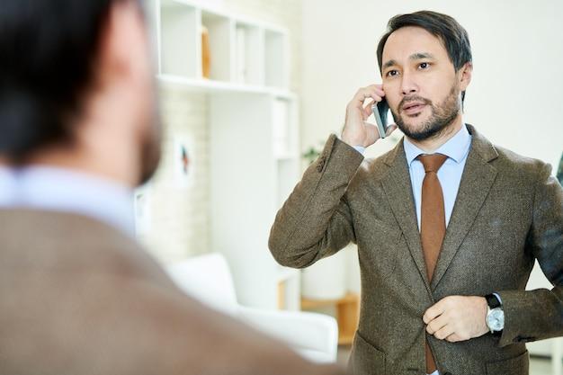 Sukces przedsiębiorca mówi przez telefon