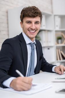 Sukces przedsiębiorcy pozującego w miejscu pracy