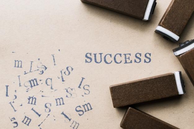 Sukces słowo list alfabet od czcionki listów znaczków na papierze na tle koncepcji sukcesu