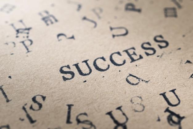 Sukces słowo list alfabet z czcionki listów znaczków na papierze na tle koncepcji sukcesu