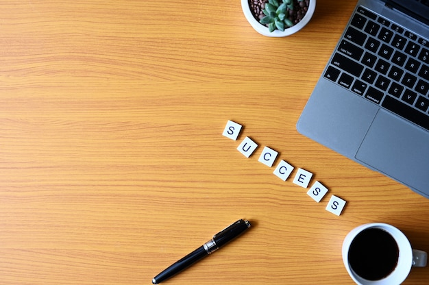 Sukces tekst z piórem i laptopem, biznes